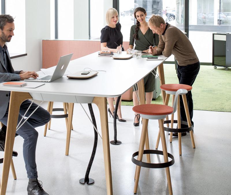 Stehen verkürzt die Meeting Länge und verbessert die Ergebnisse. © Foto: Bene AG