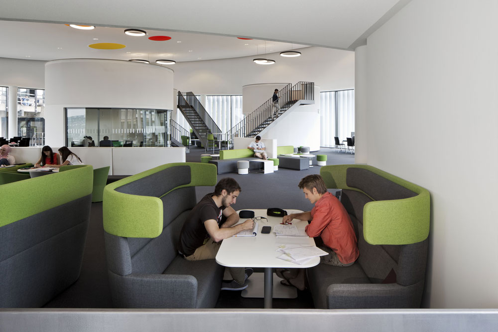 Eine coole Cafeteria lässt auch coole Meetings zu. © Foto: Bene AG