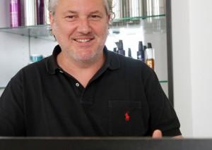 © Bild: Maria Nasswetter Harald Humer führt seinen Friseurladen mit viel Engagement.