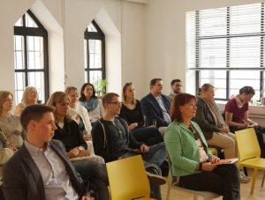 Interessierte Zuhörer und Zuhörerinnen in den Räumlichkeiten von Convo Coworking in Mödling
