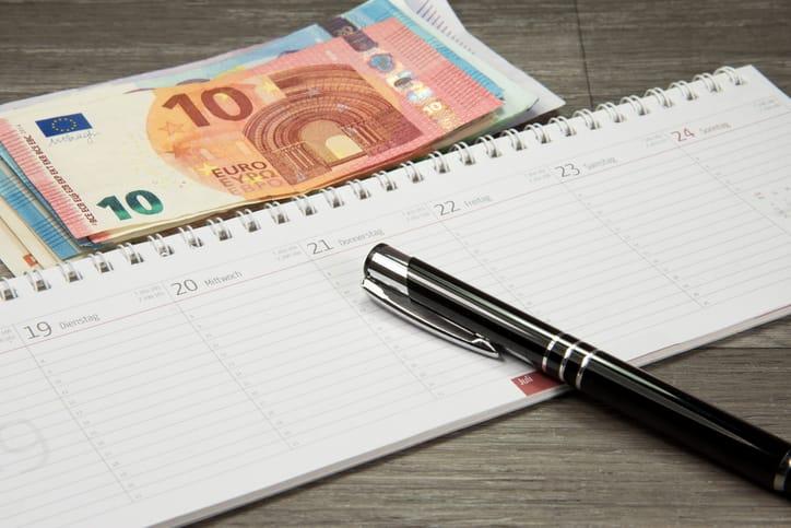 Kalender, Stift und Geld